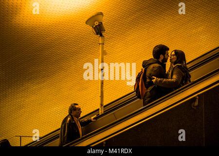 Un couple baiser sur la station de métro Baixa-Chiado escaliers mécaniques à Lisbonne, Portugal. Banque D'Images