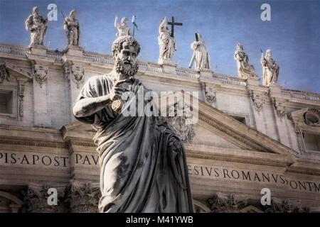 Sculptures ornent la place Saint-Pierre et du Vatican à Rome, Italie. Banque D'Images