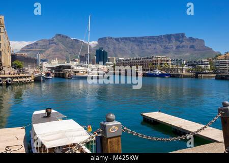 V&A Waterfront, Cape Town, Afrique du Sud, avec des bateaux dans le port de plaisance, l'hôtel Cape Grace à la montagne Banque D'Images