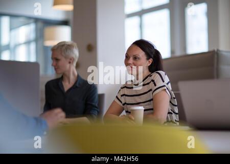 Des collègues dans une séance du matin avec le café Banque D'Images