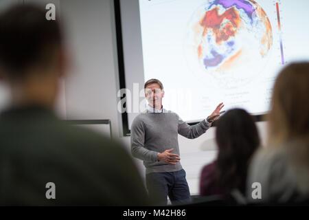 Professeur donnerait des cours à college Banque D'Images