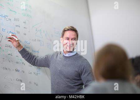 Professeur donnerait une classe au collège Banque D'Images