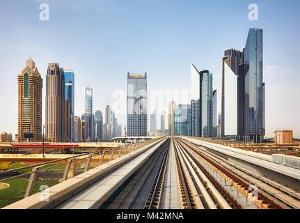 Le centre-ville moderne de Dubaï vu dans une gare de métro, aux Émirats arabes unis. Banque D'Images