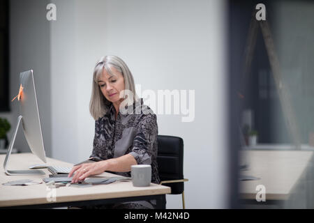 Senior businesswoman working in office Banque D'Images