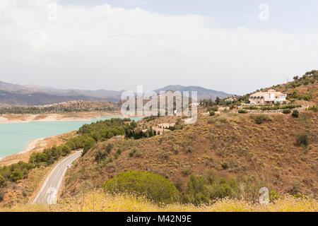 Une image de villas sur la colline surplombant le lac Vinuela, dans la province de Malaga, Andalousie, Espagne, Banque D'Images
