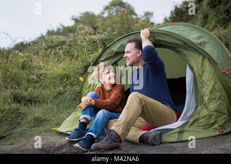 Le père et le fils ensemble camping Banque D'Images