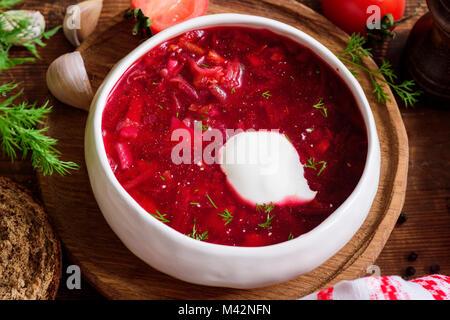 Bortsch soupe dans un bol blanc avec de la crème. La cuisine russe et ukrainienne nationale des aliments. Vue rapprochée Banque D'Images