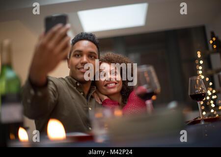 Un couple qui lors d'une célébration selfies Banque D'Images