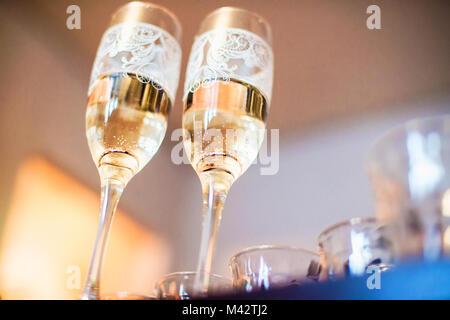 Deux verres à champagne avec les alliances sur le fond vu d'un l'angle inférieur d'une profondeur de champ Banque D'Images