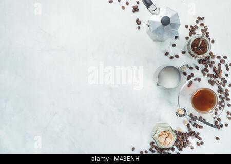 Préparer le café à Moka pot concept. Tasse expresso en verre, pot à lait, et le sucre en high key télévision déposer Banque D'Images