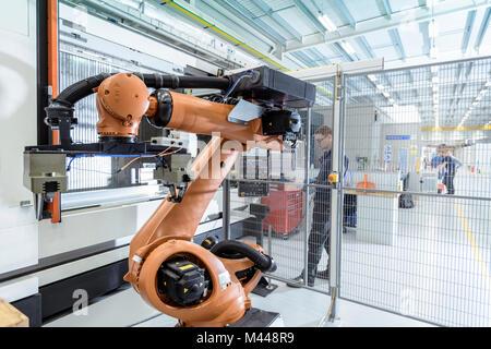 Ingénieur en robotique assistée par robot d'exploitation machine CNC Centre de recherche en robotique Banque D'Images