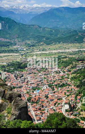 La ville de Kalambaka vue depuis les météores, Grèce Banque D'Images