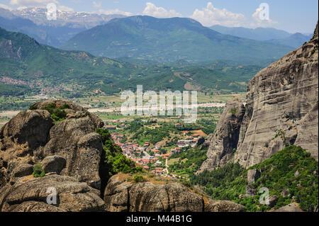 La ville de Kalabaka vue depuis les météores, Grèce Banque D'Images