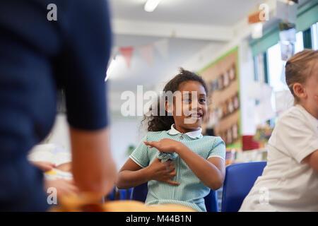 Ecolières et enseignant en classe à l'école primaire, cropped Banque D'Images