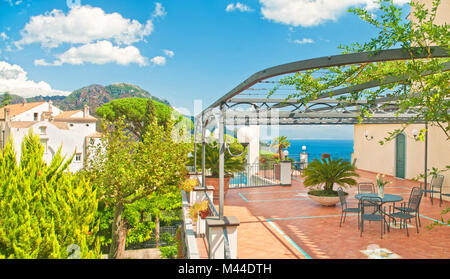 Beau panorama de terrasse avec table et fleurs dans villa avec vue sur la mer méditerranée et les montagnes aux Banque D'Images