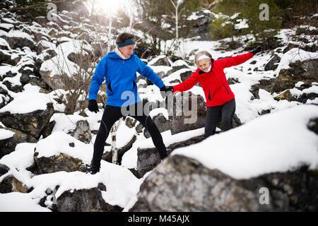 Senior couple jogging en hiver la nature. Banque D'Images