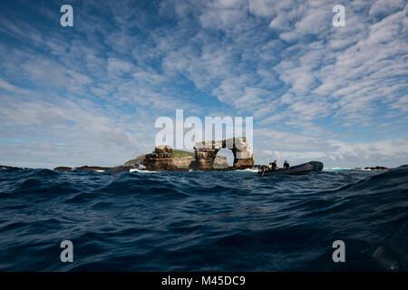 Les gens dans le bateau par l'arche de Darwin, Darwin, de l'île Seymour, Galapagos, Equateur, Amérique du Sud Banque D'Images