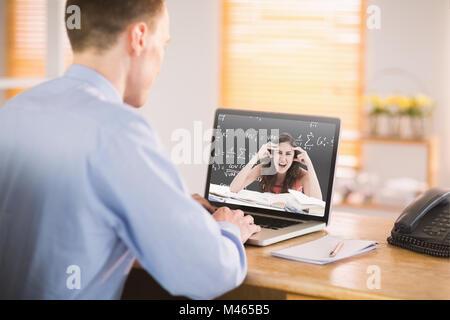 Libre de travailler sur son ordinateur portable Banque D'Images