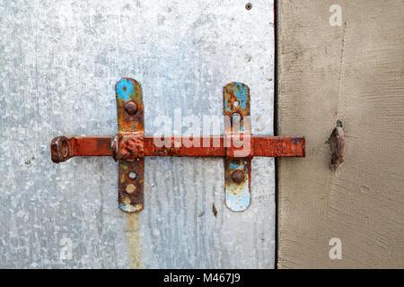 Old rusty serrure sur la porte coulissante Banque D'Images