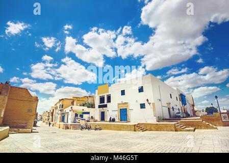 Vue urbaine avec ses maisons typiques près de Grande mosquée de Kairouan. La Tunisie, l'Afrique du Nord Banque D'Images