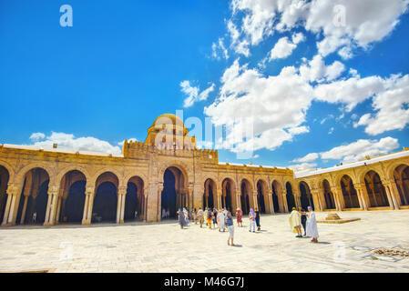 Visites groupes tourisme la grande mosquée (Sidi Oqba) de Kairouan, ville sacrée de l'Islam. Kairouan, Tunisie, Banque D'Images
