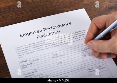 Portrait d'une personne remplissant un formulaire d'évaluation du rendement de l'employé Banque D'Images