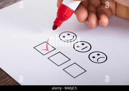 Cochez la case placée en excellent sur le Service clientèle Formulaire Enquête de satisfaction Banque D'Images
