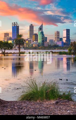 Perth. Cityscape image de Perth, Australie l'horizon au coucher du soleil. Banque D'Images
