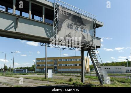 Pont d'observation avec l'image de garde-frontières de la RDA vous voir dans l'ancien point de contrôle et contrôle Banque D'Images