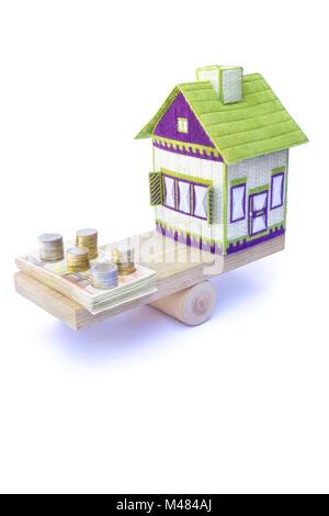 Chambre en équilibre avec la pile de pièces et billets en euros Banque D'Images