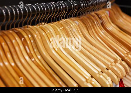 Cintres en bois dans la boutique Banque D'Images