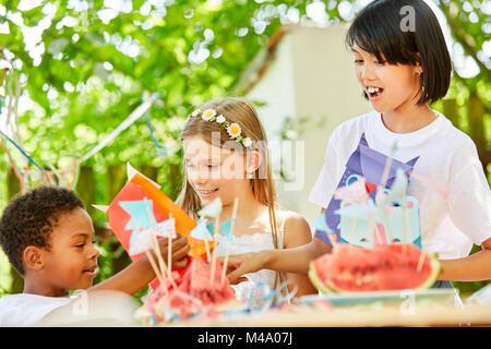 Petit garçon et fille sur un anniversaire enfants avec présente Banque D'Images