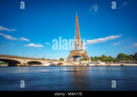 La tour Eiffel et de la Seine River long exposure Banque D'Images