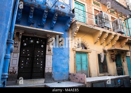De l'extérieur d'un indien traditionnel maisons colorées à la ville bleue de Jodhpur au Rajasthan, Inde, Asie