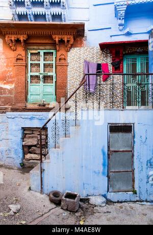 Extérieur d'une maison traditionnelle indienne colorée à la ville bleue de Jodhpur au Rajasthan, Inde, Asie