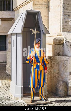 ROME - 4 août: Soldat de l'armée du Vatican sur le poste près de la Cathédrale Saint-Pierre le 4 août 2017 à Rome, Banque D'Images