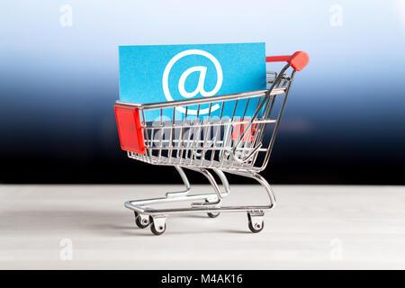 Achats en ligne, e commerce et boutique internet concept. Newsletter et e-mail marketing. Panier miniature avec Banque D'Images
