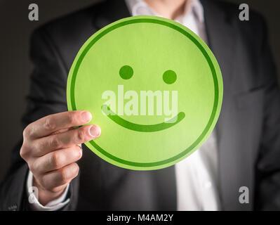 Avec l'homme d'affaires heureux smiley carton émoticône. La satisfaction du client ou de concept d'entreprise. Banque D'Images