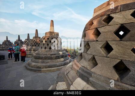 Rhombus troué stupas à Borobudur Temple Bouddhiste. Regency Magelang, Java, Indonésie. Banque D'Images