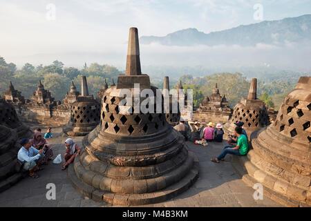 Les touristes à Borobudur Temple Bouddhiste. Regency Magelang, Java, Indonésie. Banque D'Images