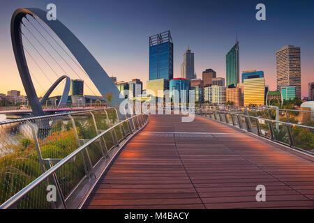 Perth. Image de la ville sur le centre-ville de Perth, en Australie pendant le coucher du soleil. Banque D'Images