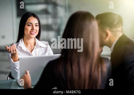 Jeune couple à la consultation sur la planification financière Banque D'Images