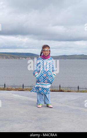 Jeune fille en robe folk tchouktches