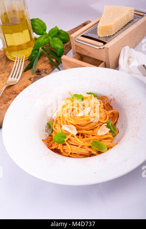 Pâtes aux tomates cerise, l'ail et au parmesan Banque D'Images