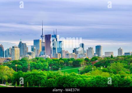 Ville de Toronto, le centre-ville avec Tour du CN au printemps
