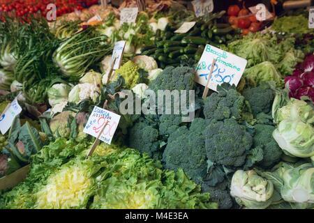 Divers légumes vendre au marché Banque D'Images
