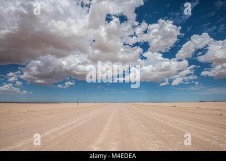 Image dynamique de route du désert et le bleu ciel nuageux