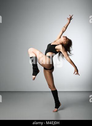 Jeune belle dancer posing in studio Banque D'Images
