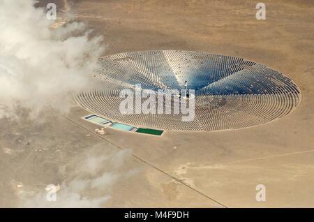 Vue aérienne de l'énergie solaire power plant in desert Banque D'Images