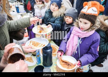 Moscou, Russie. 16 Février, 2018. Moscou, Russie - 16 février 2018: Les enfants de profiter des crêpes au cours Banque D'Images